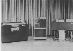 Unité centrale de l'IBM 1401 au centre, entourée à gauche de son lecteur de carte perforée IBM 1402 et de son imprimante IBM 1403 à droite (en service de 1959 à 1964)